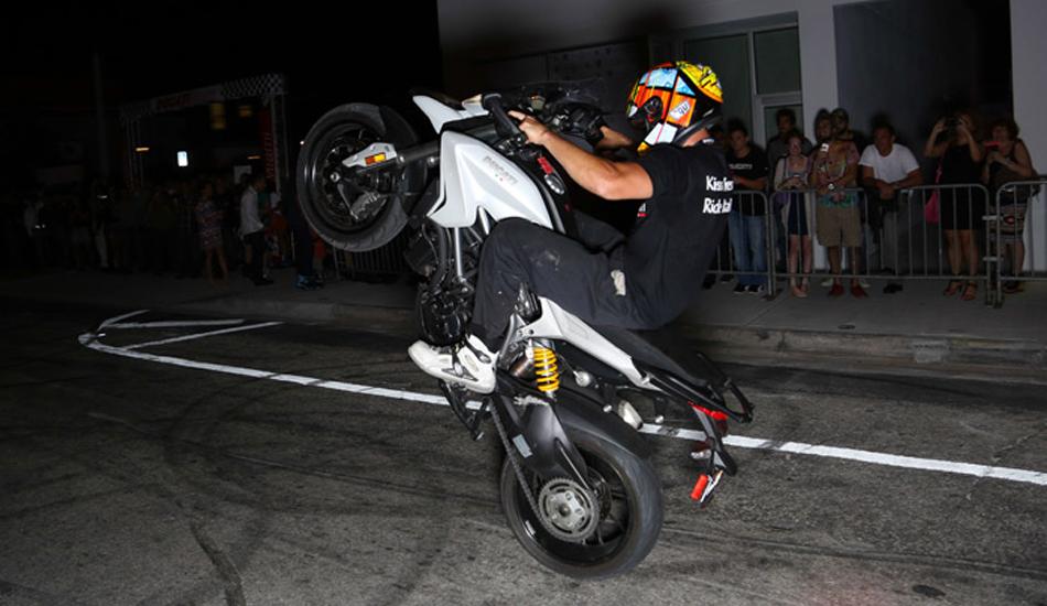 Мото трюки от Ducati