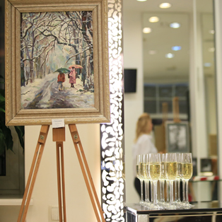Presentation of paintings in the salon